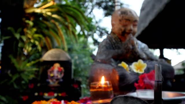 vídeos de stock, filmes e b-roll de detalhe do templo budista em bali - templo