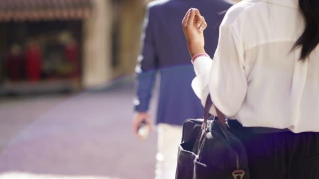 detail des business frau handtasche zu fuß durch die stadt - formelle geschäftskleidung stock-videos und b-roll-filmmaterial