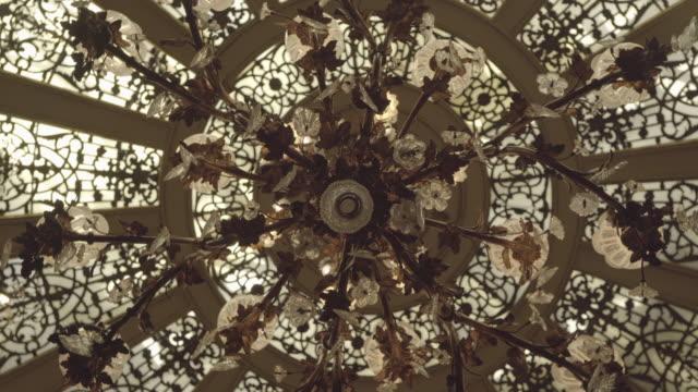 vídeos de stock, filmes e b-roll de detalhe de candelabro - candelabro