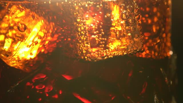 寒い陽気なコーラの炭酸清涼飲料氷 - ソーダ類点の映像素材/bロール