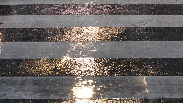 vidéos et rushes de détail des pieds à travers un passage pour piétons. - pied humain