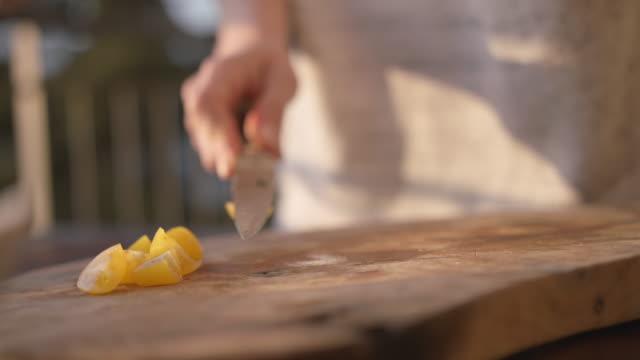 detail der weiblichen hände schneiden frische kirschtomate - messer stock-videos und b-roll-filmmaterial