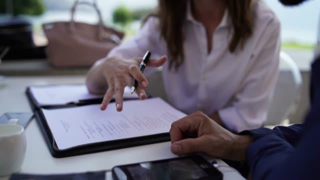 屋外営業会議でメモを取り女性の手の詳細 - accessibility点の映像素材/bロール