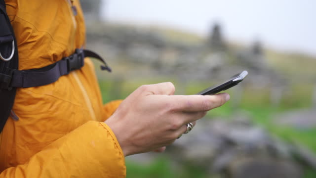 detail der weiblichen hände mit smartphone auf bergpfaden - portability stock-videos und b-roll-filmmaterial