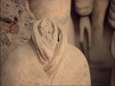 detail of headless terracotta warrior, museum of qin, xian, china - terrakotta armee stock-videos und b-roll-filmmaterial
