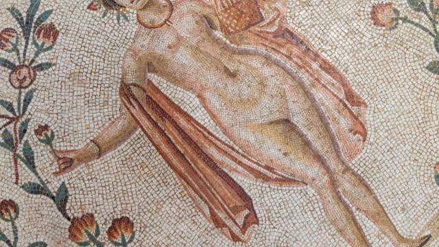 vidéos et rushes de detail of mosaic in bardo museum - représentation féminine