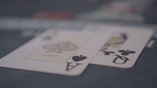vídeos de stock, filmes e b-roll de detalhe de mãos do jogador que jogam no casino que joga o jaque preto - blackjack