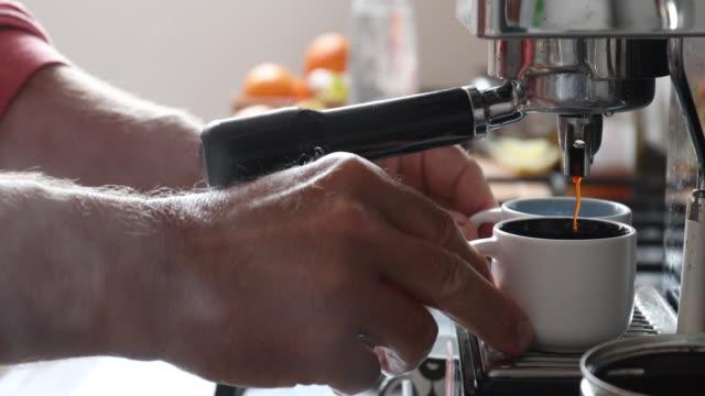 dettaglio della preparazione degli espresso in cucina - parte de una serie video stock e b–roll