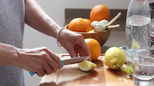 dettaglio dell'affezione del limone per una bevanda rinfrescante - parte de una serie video stock e b–roll