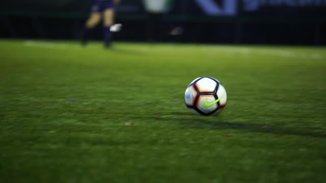 vidéos et rushes de détail des joueurs de football donnant un coup de pied à la balle - frapper activité physique