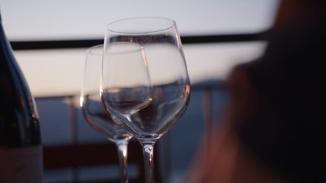 vídeos de stock e filmes b-roll de detail of spritz drink cocktail being prepared on ice - cubo de gelo