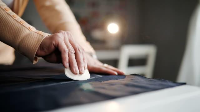detail des schneiders hand mit kreide - handgemacht stock-videos und b-roll-filmmaterial