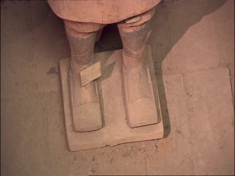 detail of terracotta warrior feet, museum of qin, xian, china - terrakotta armee stock-videos und b-roll-filmmaterial