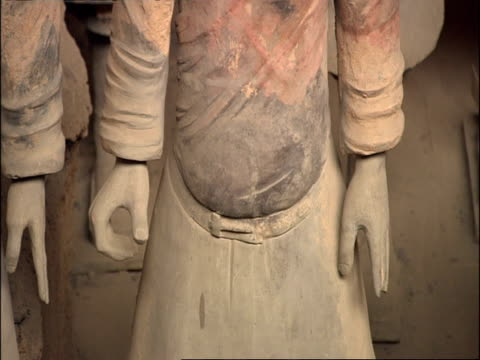 detail of terracotta warrior, hands and belt line, museum of qin, xian, china - terrakotta armee stock-videos und b-roll-filmmaterial