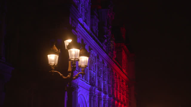 detail of the facade of the city hall, paris, at night - electric lamp点の映像素材/bロール
