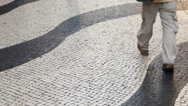 vídeos de stock, filmes e b-roll de detail of the portuguese pavement on a commercial pedestrian street in macau, china. - um dia na vida