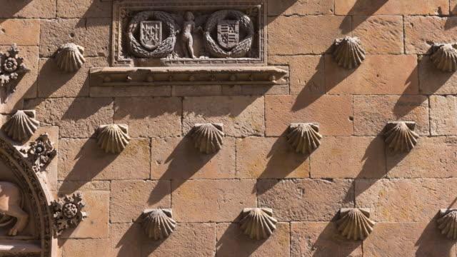 """vídeos y material grabado en eventos de stock de detail on the facade of """"casa de las conchas"""", salamanca city, salamanca province, castilla y leon, spain, europe - salamanca"""