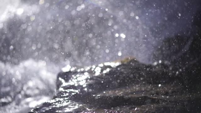 detailaufnahme unter einem kleinen wasserfall - wasserfall stock-videos und b-roll-filmmaterial