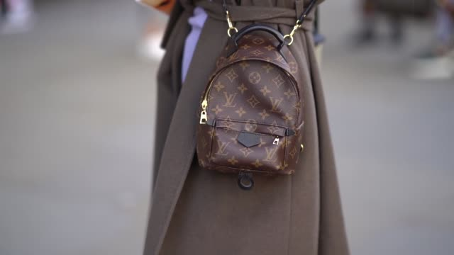 stockvideo's en b-roll-footage met detail shot of a louis vuitton bag during london fashion week february 2018 on february 16 2018 in london england - louis vuitton modelabel