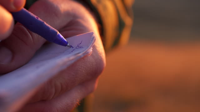 紙に書き込む公園レンジャーの詳細ショット - 公園保安官点の映像素材/bロール