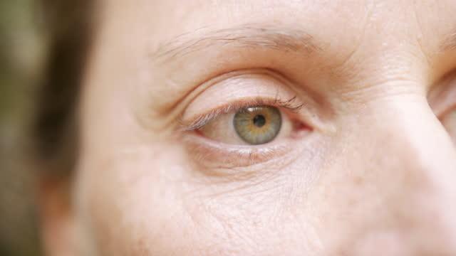 vídeos de stock, filmes e b-roll de tiro detalhado de uma mulher fechando e abrindo os olhos - 40 44 anos
