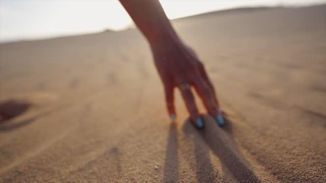 砂の中を指を走る女性の詳細ショット - トーリング点の映像素材/bロール
