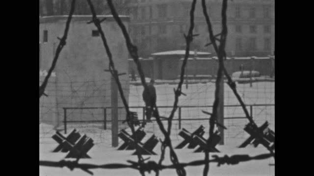 detail shots from the berlin wall in winter 1962, barbed wire at the top of the wall and also at the top of houses at the landauer street, watch... - potsdamer platz stock videos & royalty-free footage