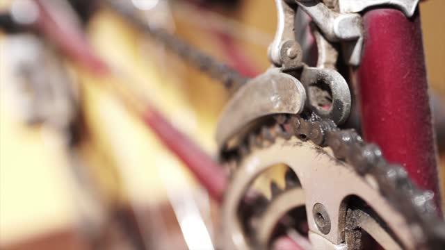 stockvideo's en b-roll-footage met de mening van het detail van fietsketting en cranckset - sprocket