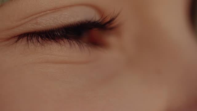 vídeos de stock, filmes e b-roll de vista do detalhe do olho da rapariga que olha para fora no por do sol - percepção sensorial