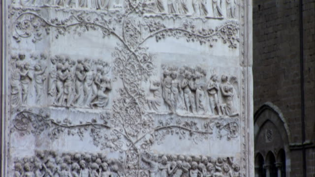 a detailed bas-relief adorns the facade of orvieto cathedral. available in hd. - bas relief stock videos & royalty-free footage