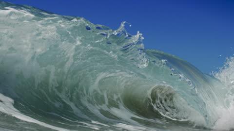 vídeos y material grabado en eventos de stock de un hermoso wave breaks detallada sobre el punto de vista de la cámara en la playa de arena en el plano california sol de verano. toma en cámara lenta a red dragon en 150fps in 4 k. - surf