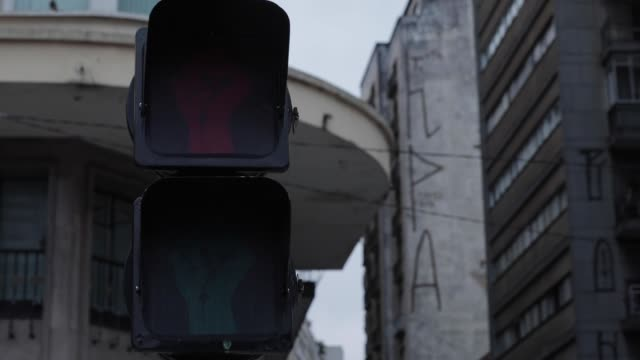 stockvideo's en b-roll-footage met detailed view of a traffic light with clenched fists in celebration of black consciousness day on november 5, 2020 in sao paulo, brazil. the... - liberdade