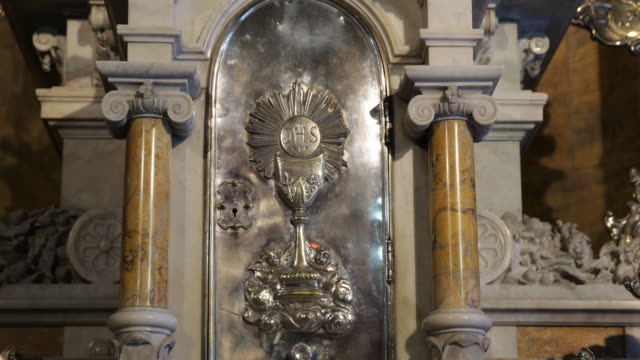 details a silver door in the altar inside the metropolitan cathedral in santiago de chile it shows a trophy or chalice with the letters jhs above the... - christian ender stock-videos und b-roll-filmmaterial