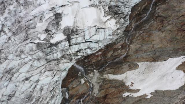 vidéos et rushes de détails du glacier bionnassay pendant la fonte des glaces en été - résolution 4k