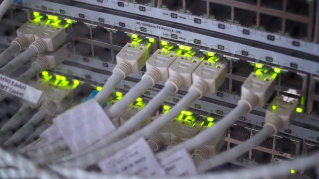 stockvideo's en b-roll-footage met details voor utp kabels, knipperende led-lampjes en rj-45 over het werken van ethernet-switches - opslagkamer
