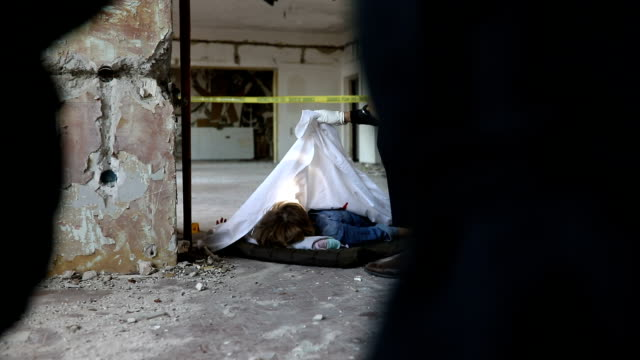 detective examining murder victim - murder victim stock videos & royalty-free footage