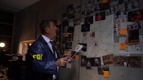 fbi-detektiv löst ein verbrechen - fbi stock-videos und b-roll-filmmaterial