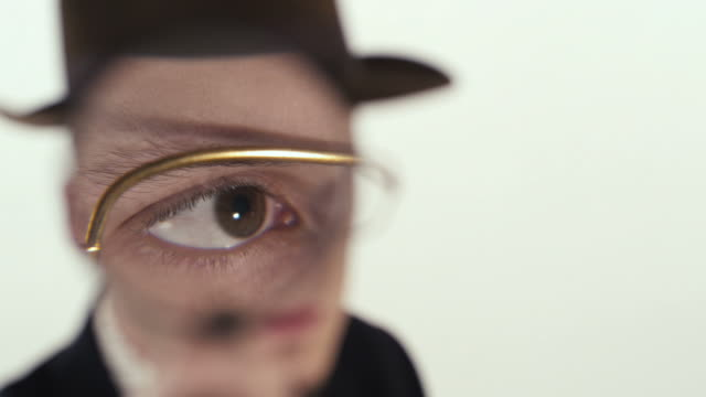 stockvideo's en b-roll-footage met detective with magnifying glass - vergrootglas