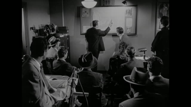 vídeos de stock, filmes e b-roll de 1948 detectives discuss the location of a wanted murderer - 1948