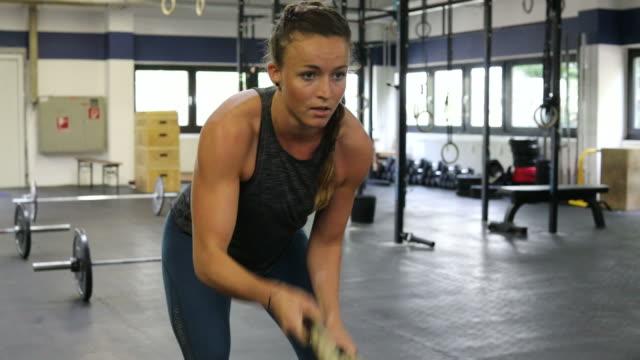 vídeos de stock e filmes b-roll de determined female athlete exercising with ropes - corda