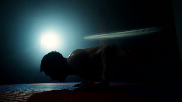 vídeos de stock e filmes b-roll de determined man doing push ups - body building