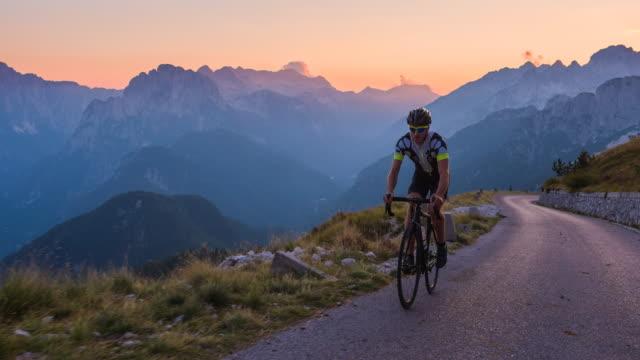 vídeos y material grabado en eventos de stock de determinado camino profesional ciclista de entrenamiento deportivo en las montañas - deporte profesional