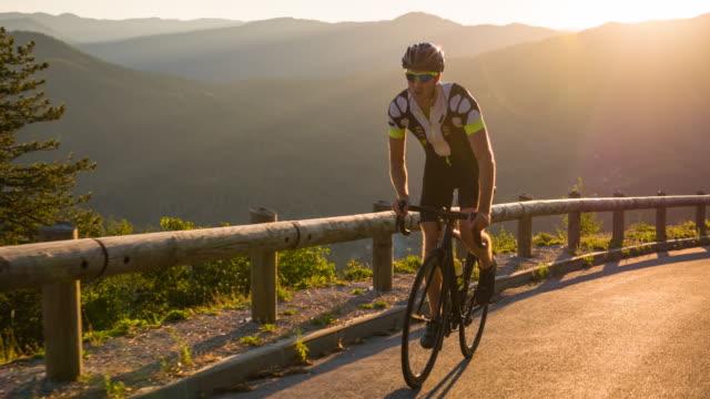 beslutsamma road cyklist cykla uppför - landsväg bildbanksvideor och videomaterial från bakom kulisserna