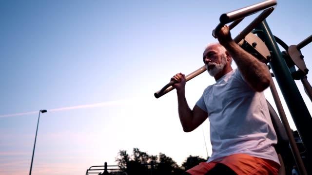 vidéos et rushes de déterminée senior homme exerçant - jeune d'esprit