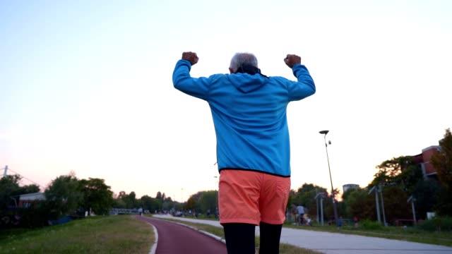 ジョギング年配の男性を決定 - strength点の映像素材/bロール