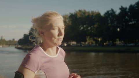beslutsamma senior löpare (slow motion) - 50 54 år bildbanksvideor och videomaterial från bakom kulisserna