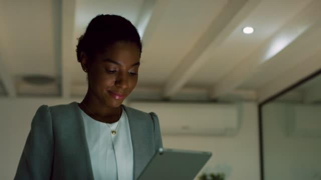 vidéos et rushes de déterminé à réussir, peu importe la date limite - d'origine africaine