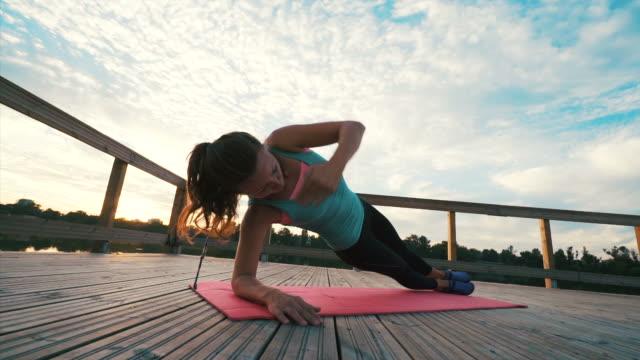 決定の女性彼女の毎日のトレーニングを行うこと。 - 横向きに寝る点の映像素材/bロール