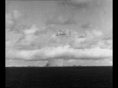 ws detonation explosion mushroom cloud emitted from one of the explosions at the bikini atoll during operation crossroads research experiments /... - bikini atoll stock videos & royalty-free footage
