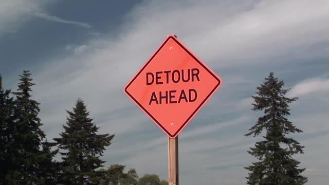 zi, cu, detour ahead road sign, washington state, usa - blocco stradale video stock e b–roll